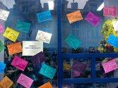 duuużo karteczek poprzyklejanych na szybie sklepu