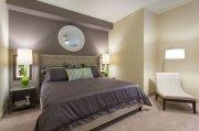 Łóżko z tapicerowanym zagłówkiem